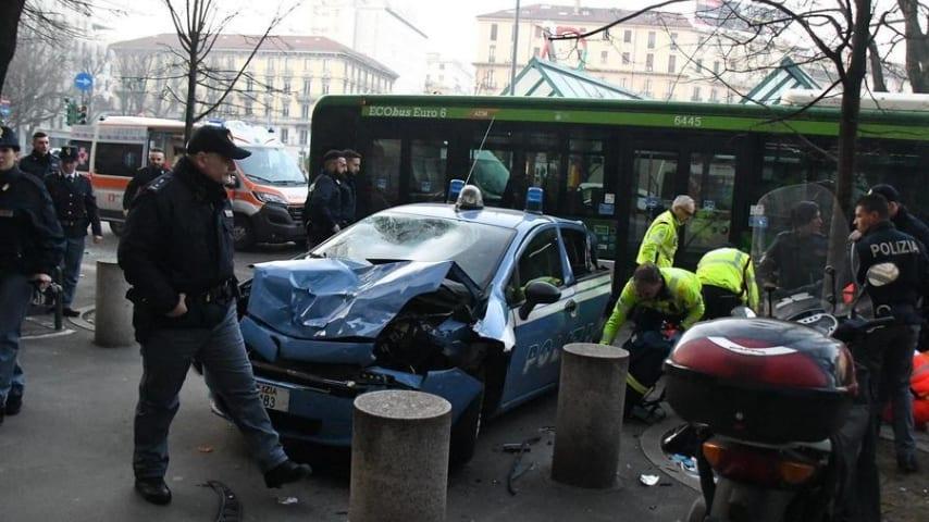 L'autista ha perso il controllo del mezzo, andando a schiantarsi contro le auto ferme. Si ipotizza un malore Credits ANSA