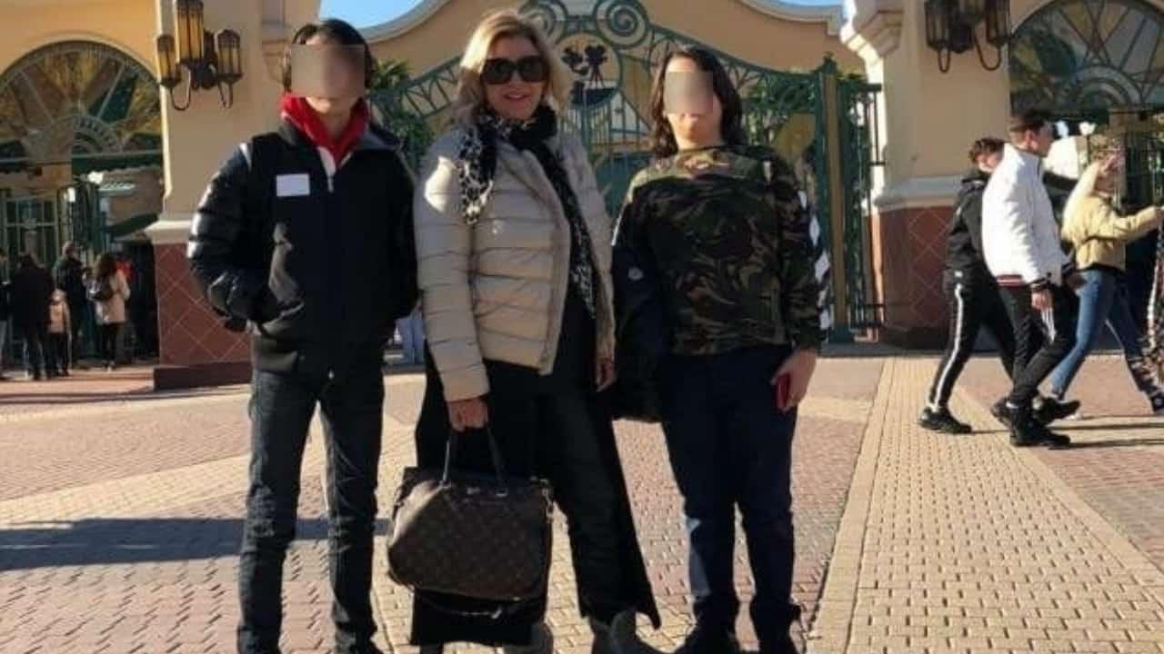 Tina Cipollari a Parigi in vacanza con i figli, sui social insulti ad uno di loro