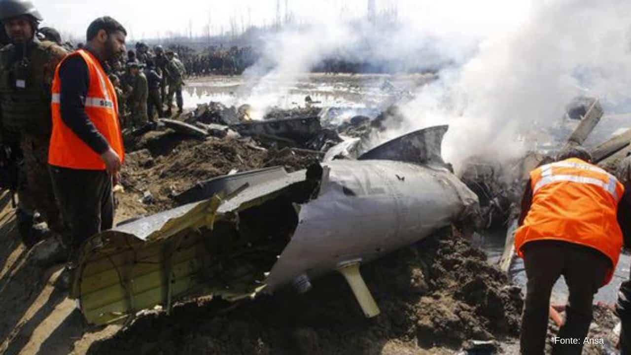 Il Pakistan abbatte due jet indiani: catturati i piloti