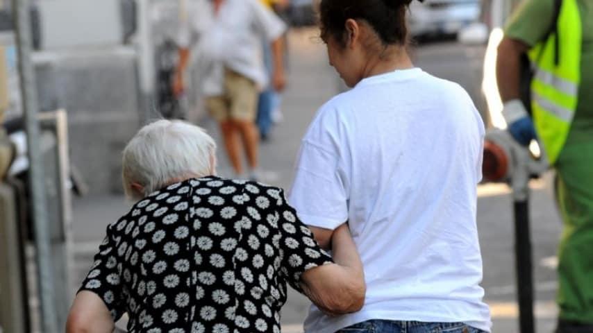 badante arrestata a Napoli per aver torturato 90enne