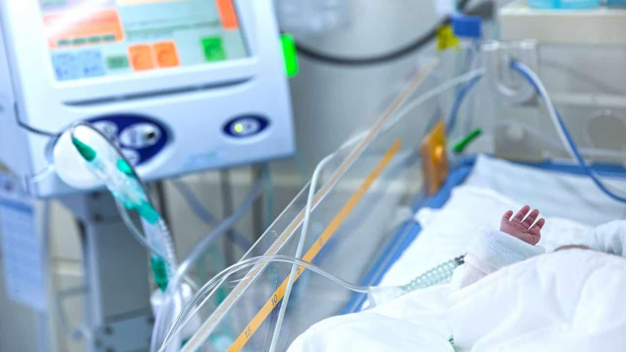 Bambino in letto di ospedale