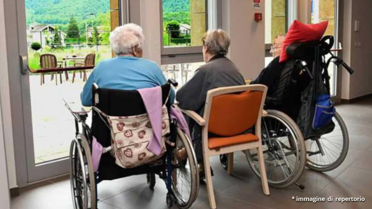 2 anziane signore sedute sulla sedia davanti ad una finestra nella casa di riposo