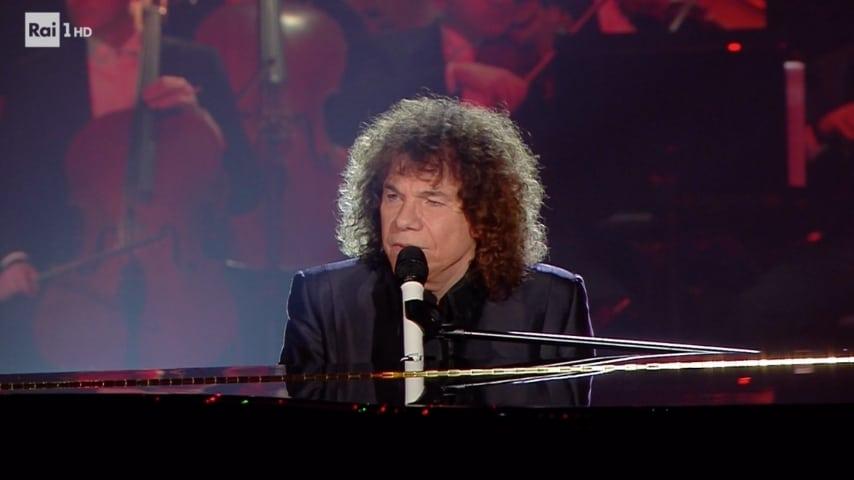 Riccardo Cocciante canta Bella al pianoforte