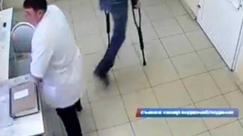 Un'altra immagine del finto medico ripreso dalle telecamere