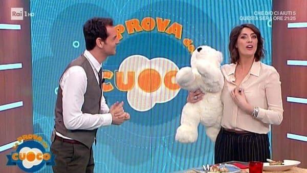 Elisa Isoardi riceve delle rose e un orsetto di peluche a sorpresa
