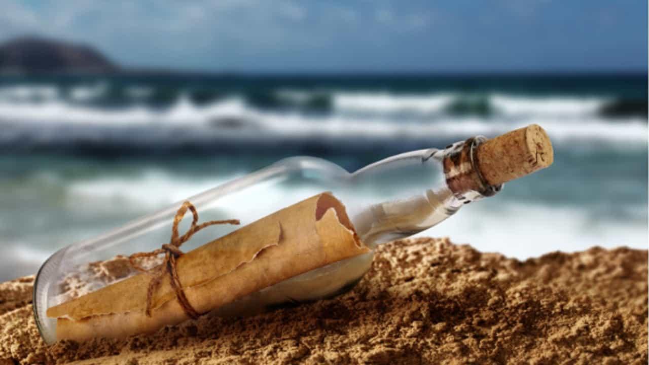 Lettera d'amore affidata al mare: la polizia cerca la destinataria