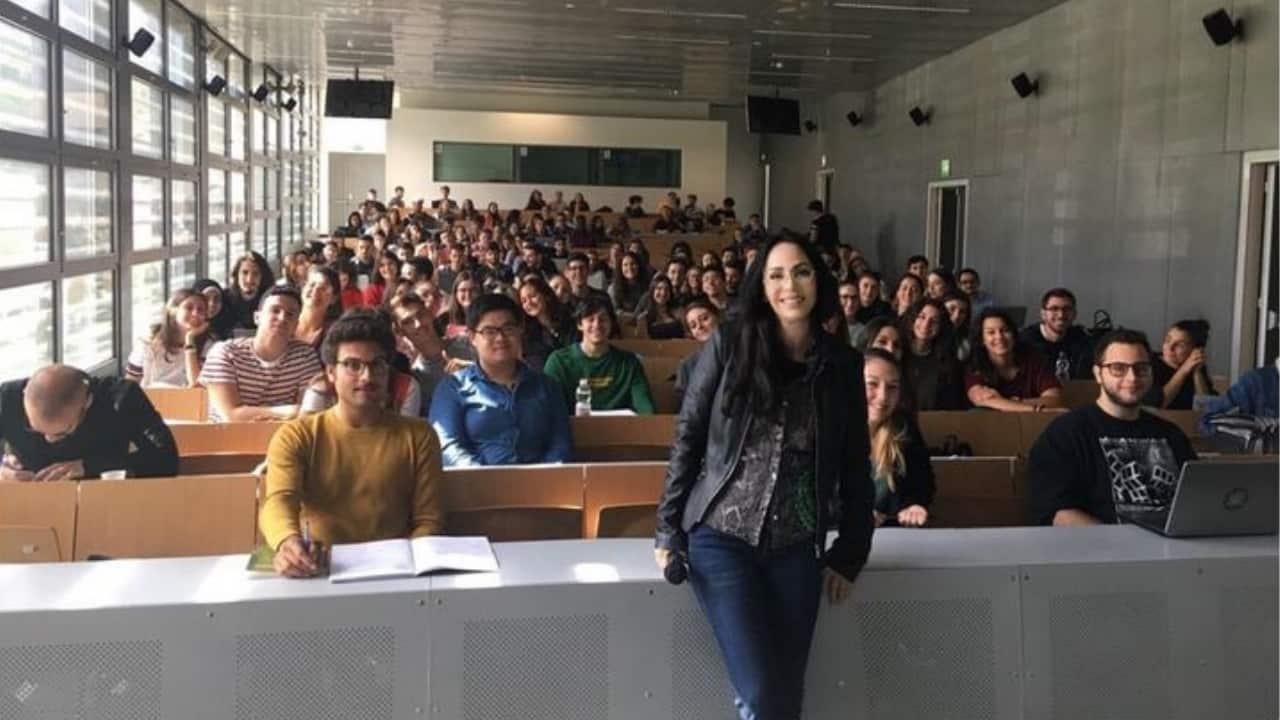 la prof Luisa Stracqualursi sta male i suoi stuednti avviano una raccolta fondi per aiutarla