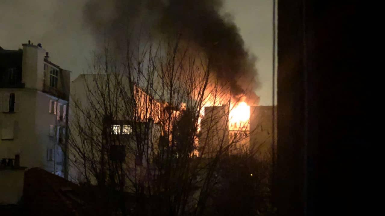 Palazzo in fiamme a Parigi: ci sono morti e feriti