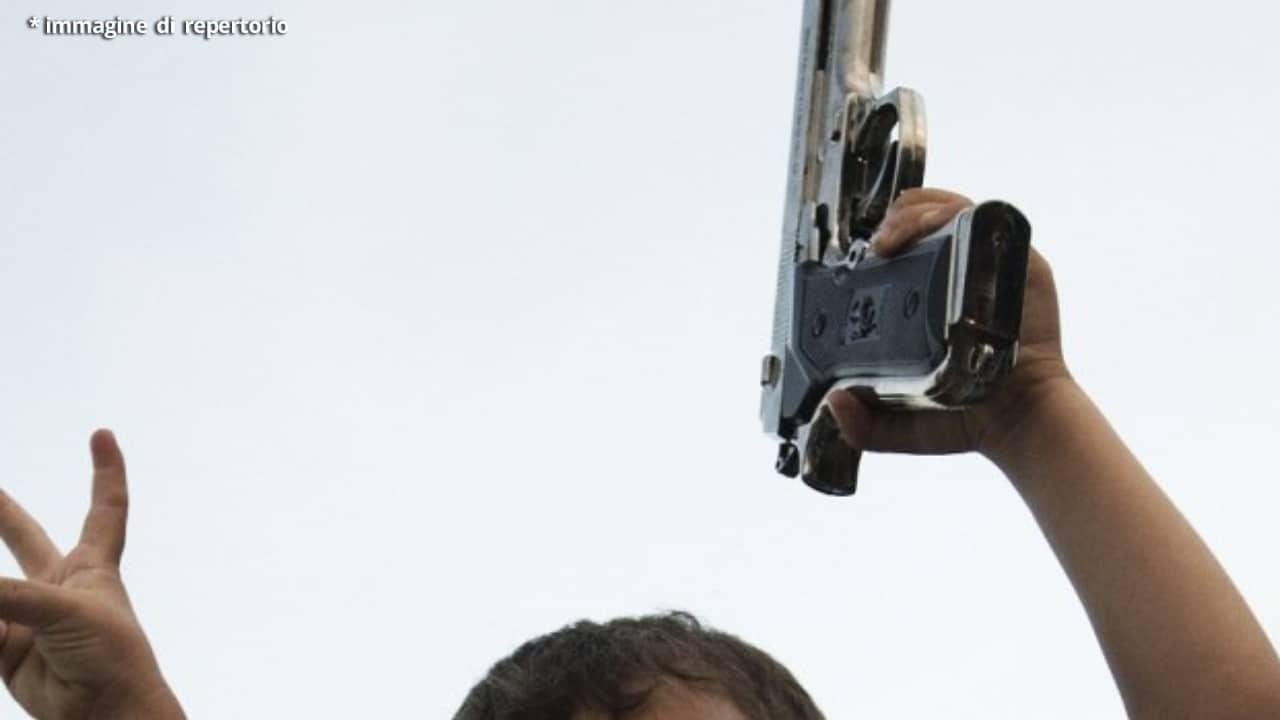 Bimbo di 4 anni trova la pistola del padre e spara alla madre