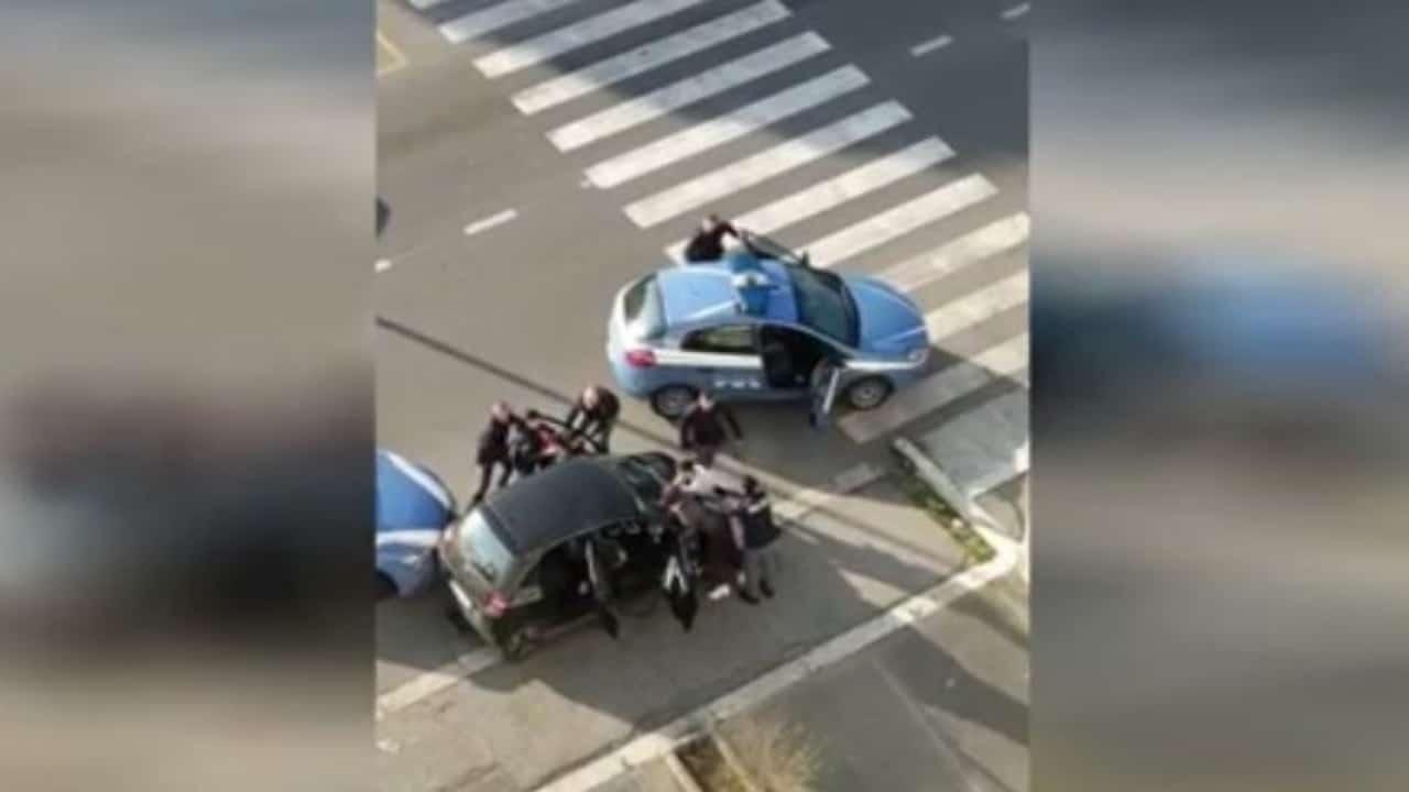 Polizia accerchiata dai residenti: volevano impedire l'arresto di due pusher
