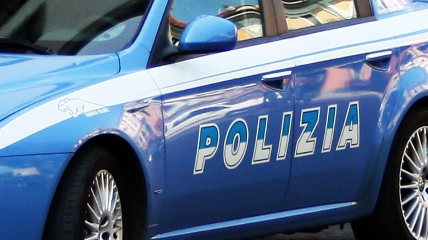 Polizia circondata dai residenti a Roma