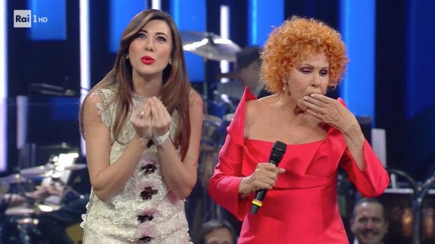 All'Ariston fa l'ingresso un altro super ospite: Alessandra Amoroso. Per la cantante grande commozione e un duetto da brividi con Baglioni