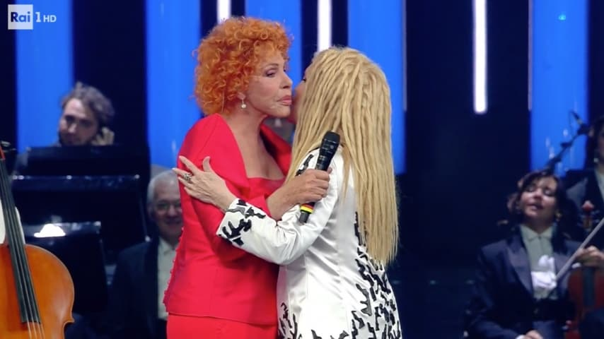 Il bacio fra Patty Pravo e Ornella Vanoni