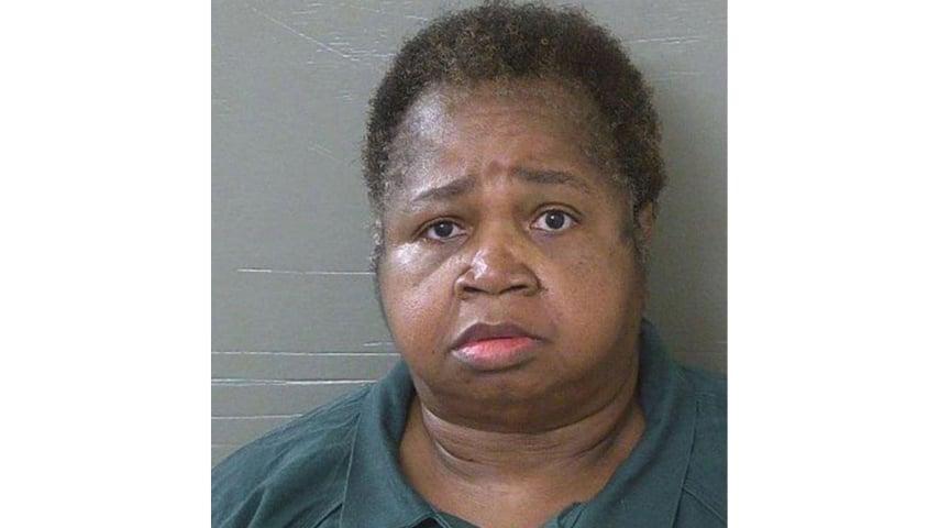 Trascorrerà il resto della sua vita in prigione Veronica Green Posey, 66enne della Florida, che ha ucciso la sua cuginetta di 9 anni, Dericka Lindsay sedendosi sopra di lei per farla tacere: una storia assurda che si è conclusa con la sua condanna all'ergastolo