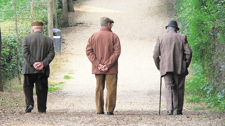 Anziani camminano lungo una strada sterrata