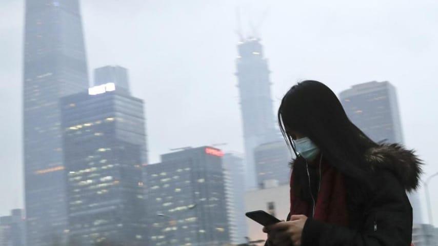 Immagine che ritrae una giovane donna con una mascherina sul viso