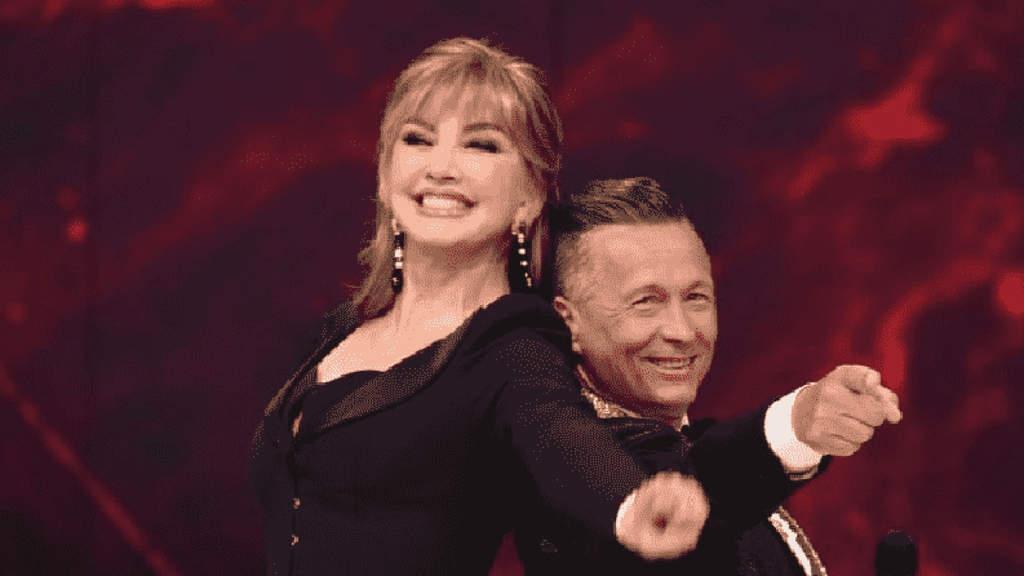 Milly Carlucci e Paolo Belli sorridono a Ballando con le stelle