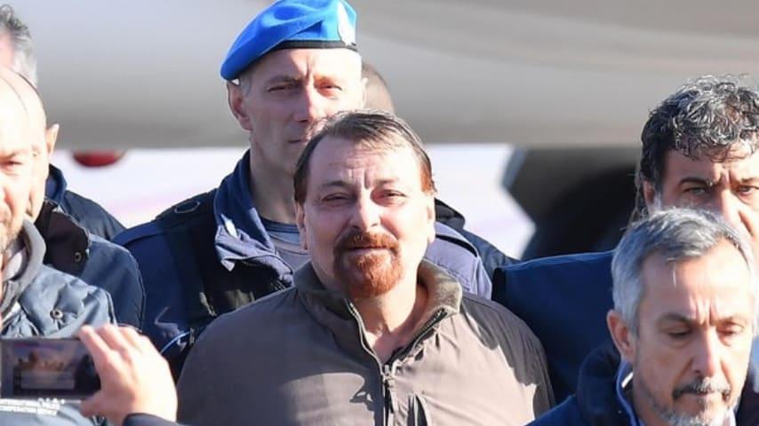 Cesare Battisti al suo arrivo a Ciampino.
