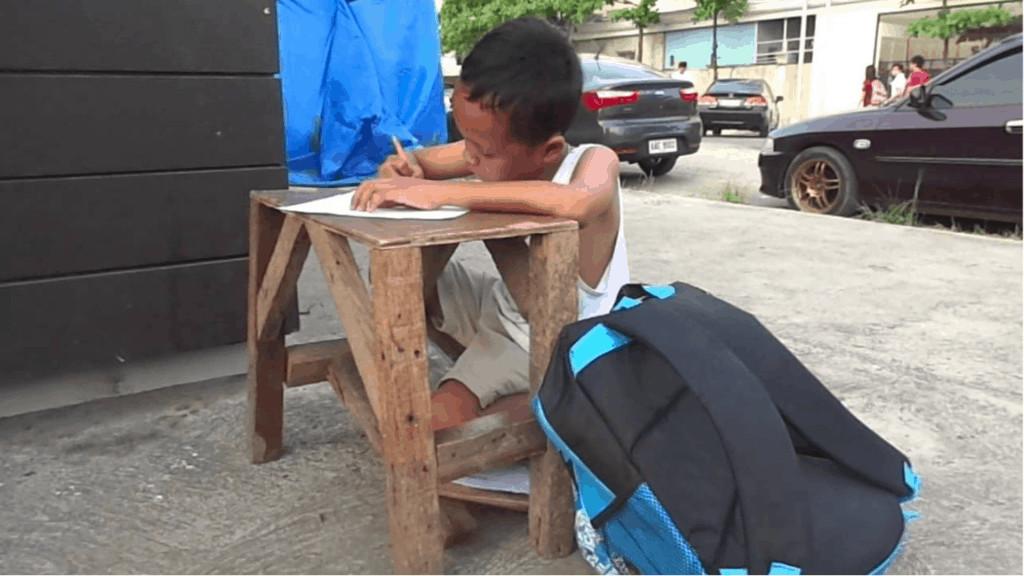Daniel Cabrera, bimbo filippino di 9 anni costretto a studiare sul marciapiede
