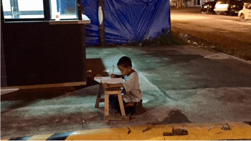 Daniel Cabrera costretto a studiare sul marciapiede illuminato solo dall'insegna di un fast food