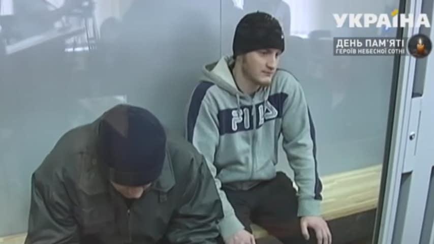 I presunti assassini dell'ex poliziotto in arresto (Foto Kanal Ukraina)