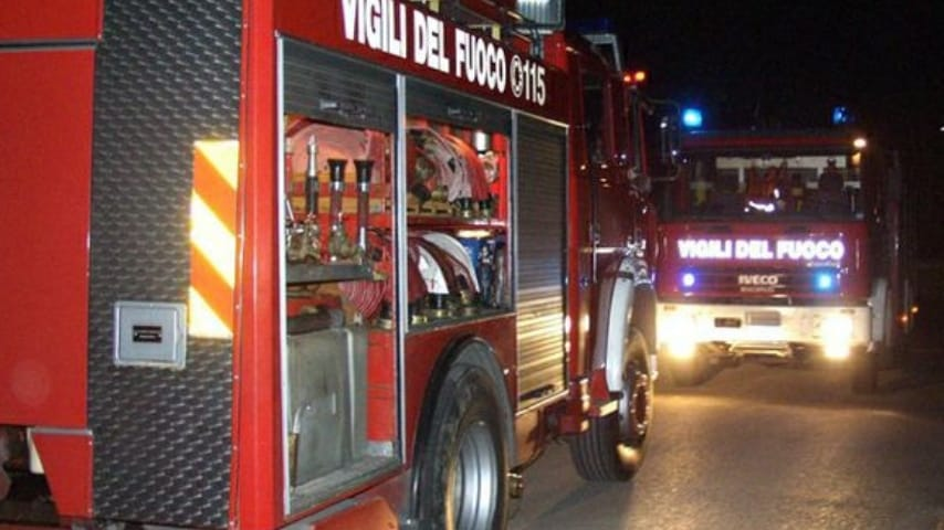 I vigili del fuoco hanno impiegato molto tempo per estrarre i corpi dalle lamiere. Immagine di repertorio