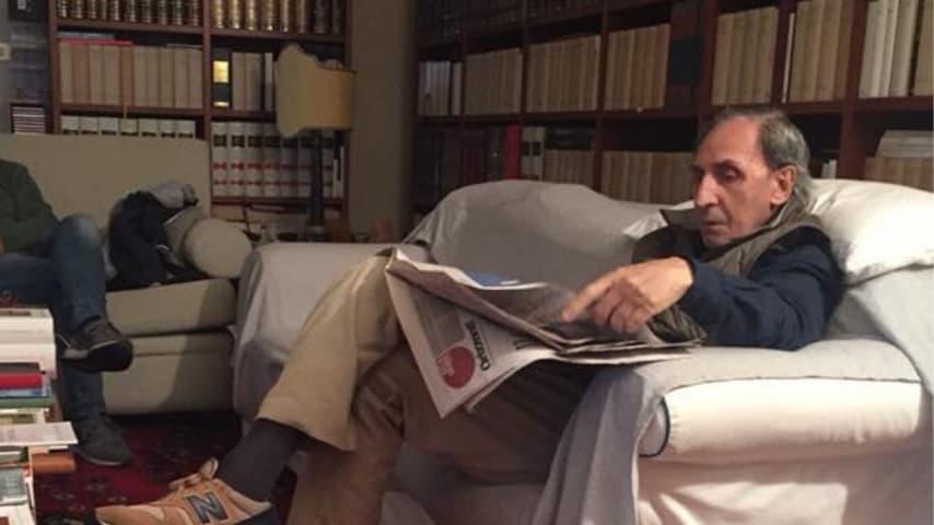 Il 7 novembre 2018 sulla sua pagina ufficiale di Facebook è apparsa questa foto che lo ritrae intento a leggere il giornale. Fonte: Franco Battiato/Facebook