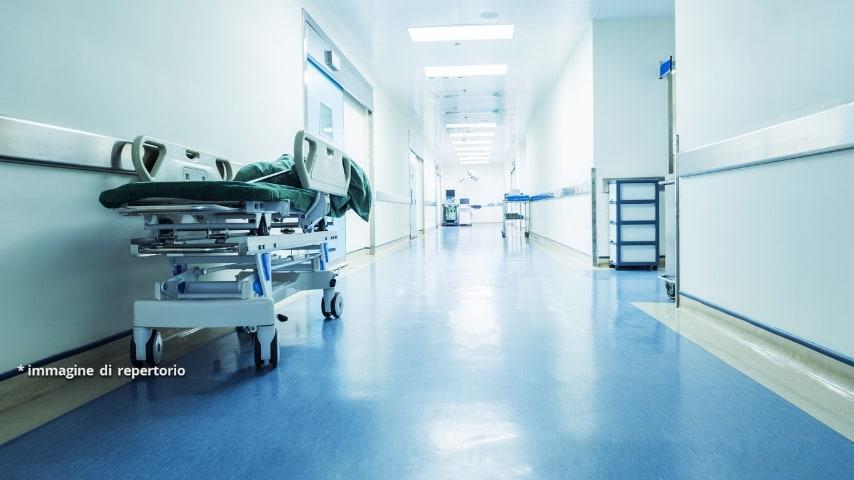 Il ragazzo è stato trasportato d'urgenza in ospedale ed è giunto al nosocomio con gli operatori intenti ancora nelle manovre di rianmazione