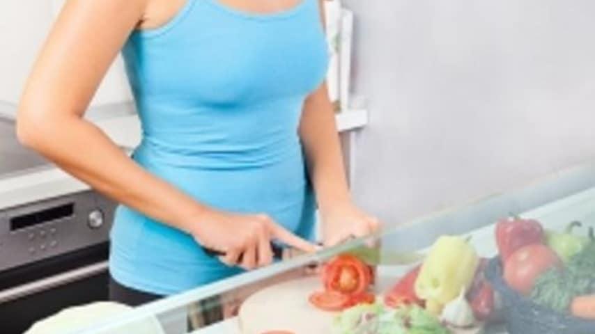 Donna che taglia verdura
