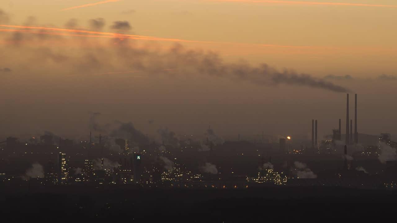 Città avvolta dalla nebbia causa inquinamento