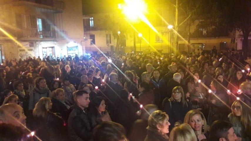 La cittadinanza riunita nella piazza Trieste e Trento. Fonte: Giorgio Zinno Sindaco/Facebook