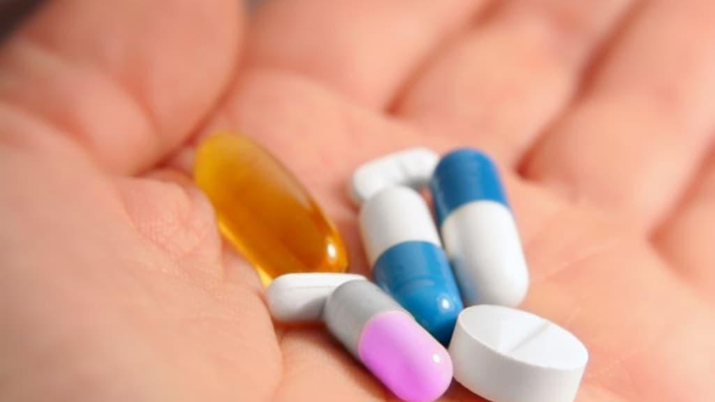 Mano con sopra un grande numero di pillole