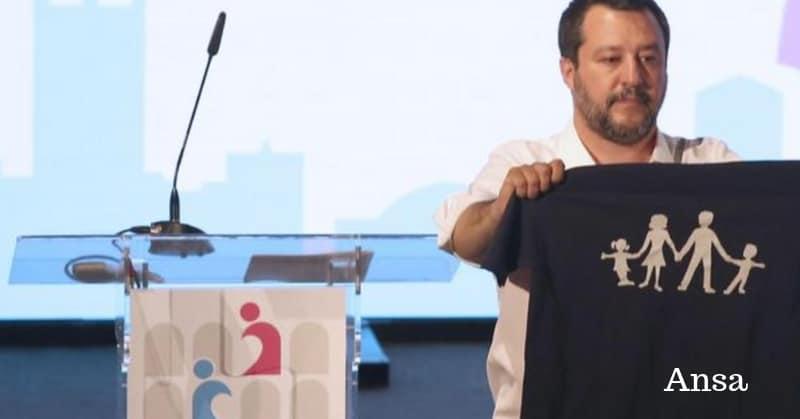 Salvini mostra una maglia con una mamma, un papà e due figli al Congresso della famiglia