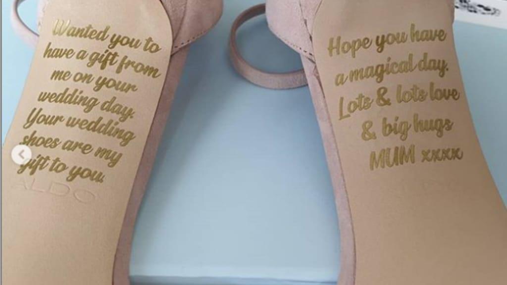 Scarpe di Emma Letts con inciso il messaggio lasciatole dalla mamma defunta per le nozze