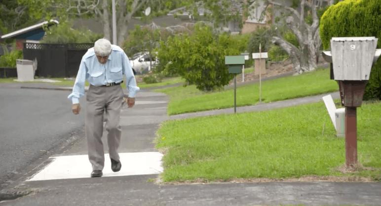 John Sato in strada in un video di TvNZ