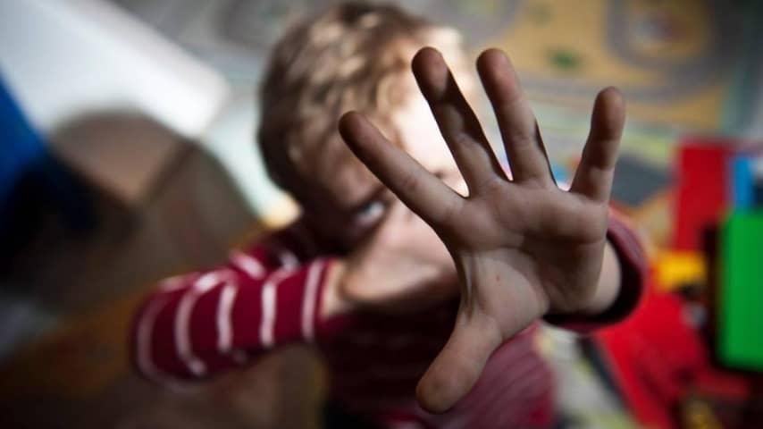 Taranto, mamma arrestata, abusava dei figli insiema al compagno e a un amico