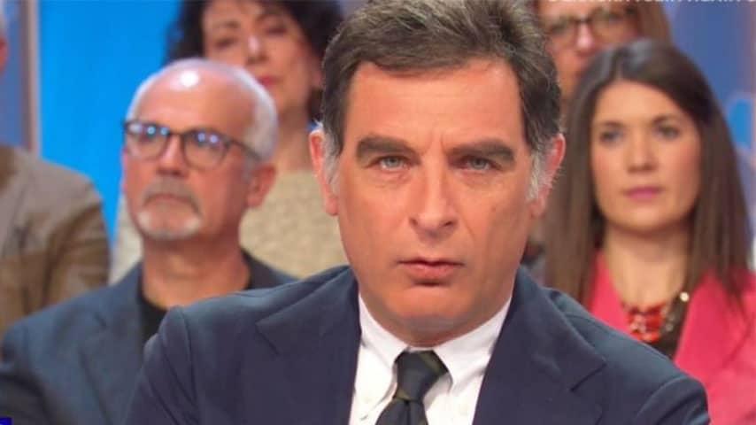 Screenshot del conduttore Tiberio Timperi durante una puntata de