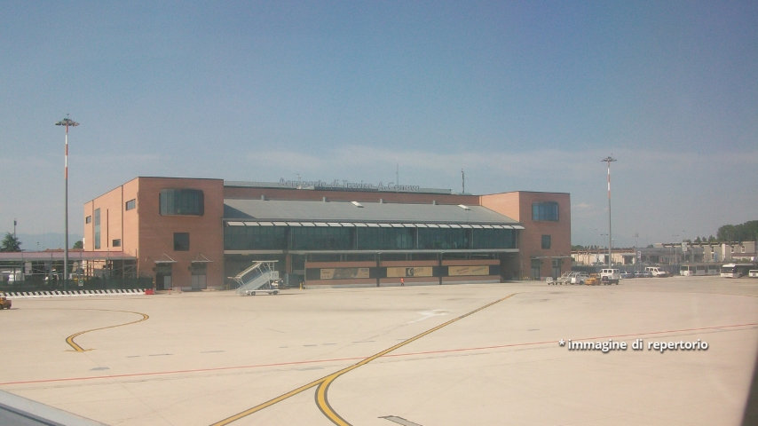 L'aereo si trovava in fase di atterraggio verso l'aeroporto di Treviso, quando il pilota ha lanciato un SOS a causa del fumo che fuoriusciva da una turbina