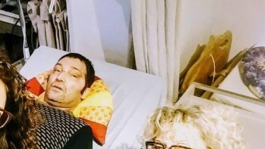 alessandro cecilioni sdraiato a letto dopo le cure in germania