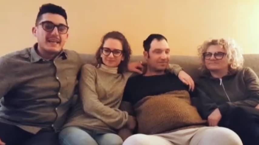 lorenzo, rosy alessandro cecilioni e la moglie seduti su un divano durante un video