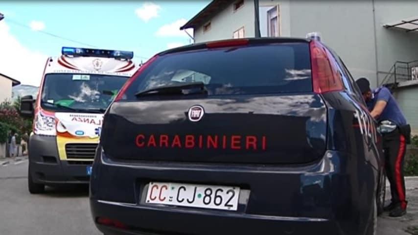 ambulanza e macchina dei carabinieri vicino