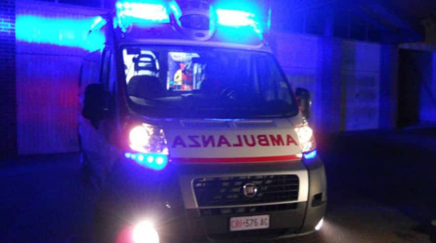 ambulanza con luci accese di notte