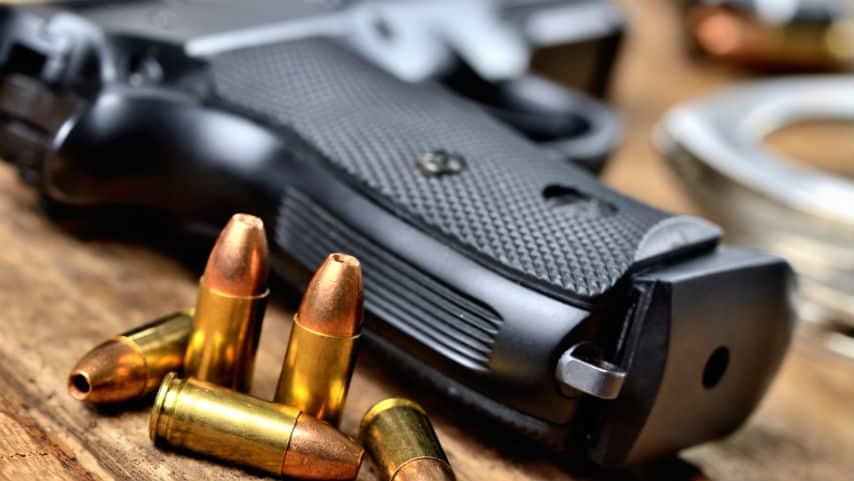 arma da fuoco appoggiata sul tavolo