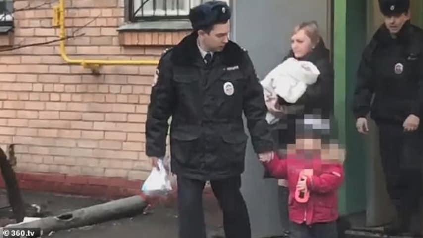 Momento dell'arresto della donna che ha cercato di vendere i figli