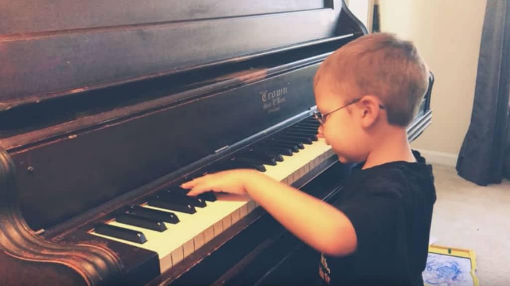 Avett Ray Maness suona Bohemian Rhapsody al pianoforte