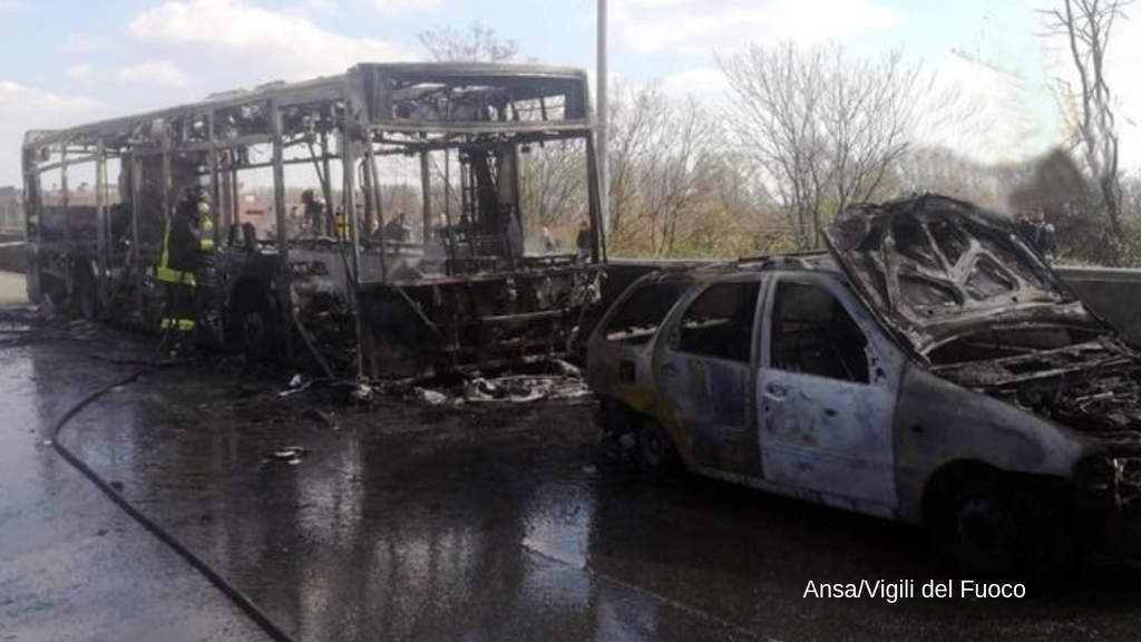 bus dato alle fiamme
