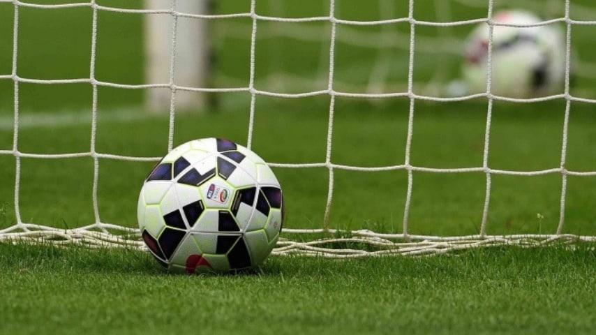 pallone da calcio vicino la porta. immagine di repertorio