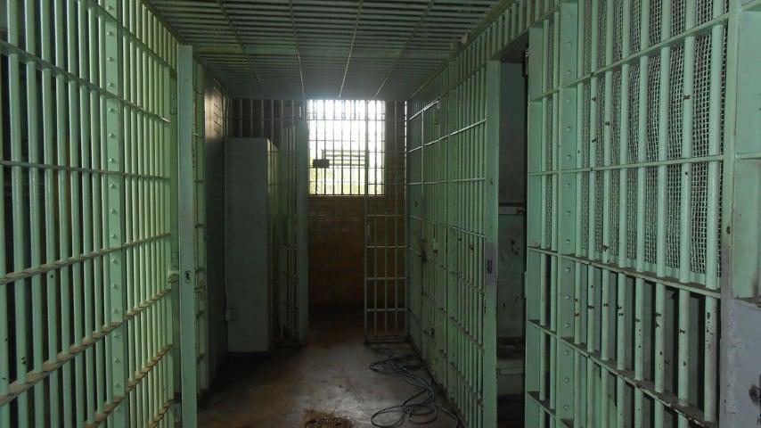 fotografia scattata all'interno di un carcere che riprende le sbarre e le entrate delle celle
