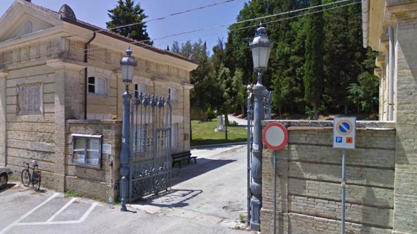 L'ingresso del cimitero di Senigallia