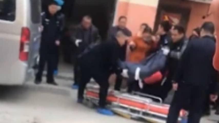 La polizia cinese recupera il corpo della madre uccisa a colpi di mannaia